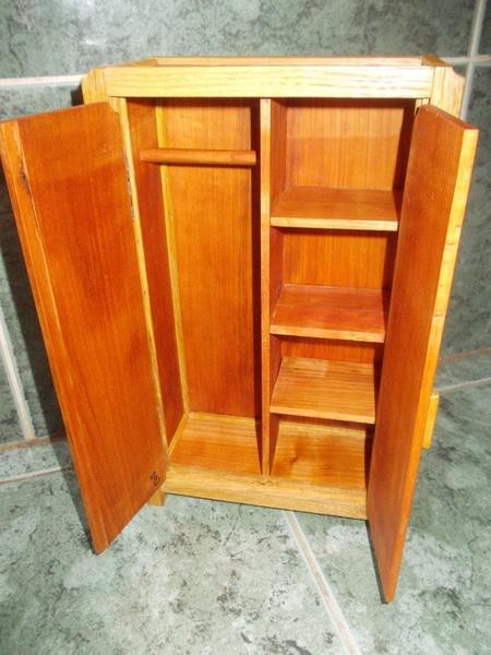 armoire pour poup e par siloe sur l 39 air du bois. Black Bedroom Furniture Sets. Home Design Ideas