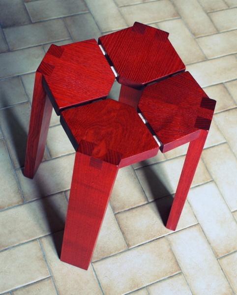 Tabouret en frêne teinté rouge