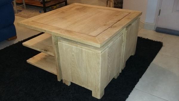 Table basse avec poufs