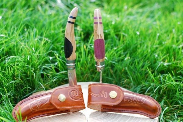 Couteaux et étuis en cuir
