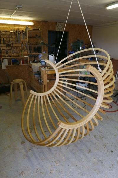 un fauteuil boule suspendu par toutenbois sur l 39 air du bois. Black Bedroom Furniture Sets. Home Design Ideas