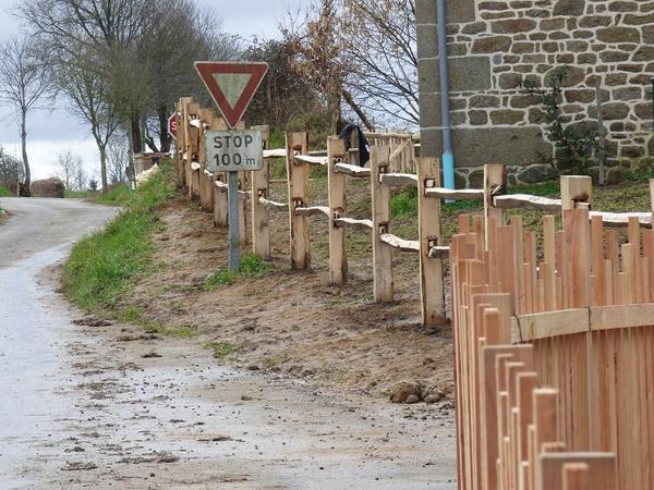 Barrière bocagère en châtaignier et clôture en douglas naturel