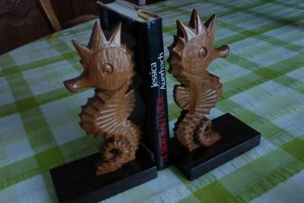 Presses livres : hippocampes sculptés
