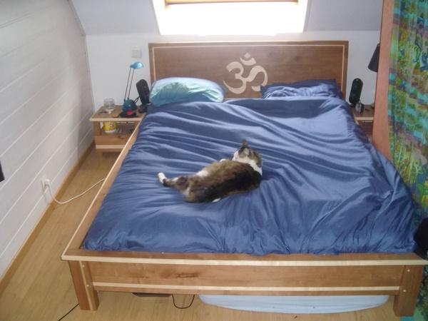 Un lit et ses tables de chevets